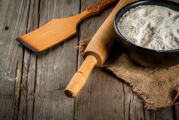 Pieczenia w tle. narzędzia i składniki do pieczenia na starym rustykalnym drewnianym stole. copyspace