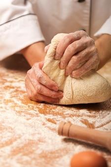 Pieczenie chleba, piekarz robi ciasto