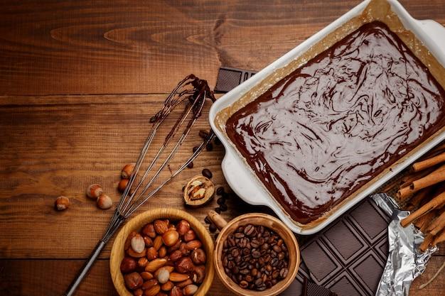 Pieczenie ciasta czekoladowego w rustykalnej kuchni.