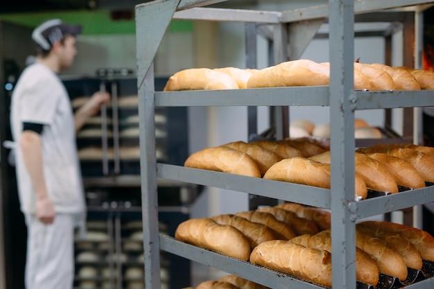 Pieczenie pysznego chleba w piekarni.