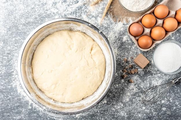 Pieczenie składników z prasowanymi drożdżami, jajkami, cukrem, mlekiem i mąką