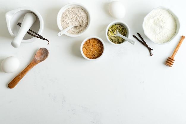 Pieczenie świeżego chleba lub ciastek z naturalnych składników organicznych