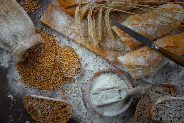 Pieczenie z akcesoriami kuchennymi na stole