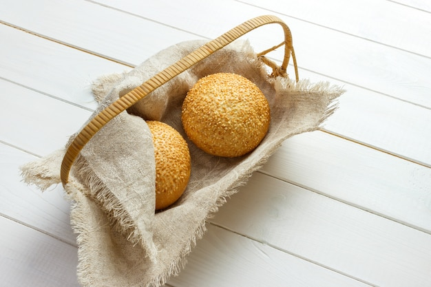 Pieczona babeczka z koszem sezamu leżącego na tkaninie