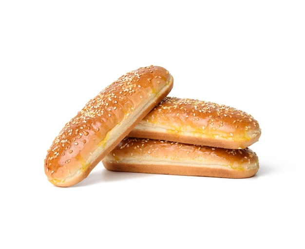 Pieczona bułka owalna hot dog, wypieki posypane sezamem i na białym tle, zestaw