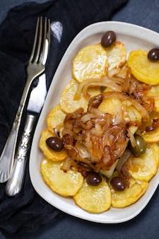 Pieczona dorsz z ziemniakami, cebulą i oliwkami