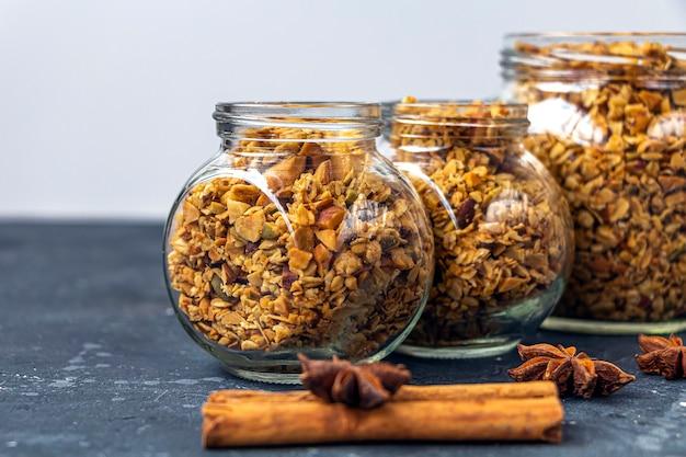 Pieczona granola, muesli z płatków owsianych, orzechy różne, domowa kuchnia zdrowa wegetariańska przekąska.