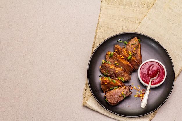 Pieczona i duszona pierś z kaczki w sosie słodko-kwaśnym