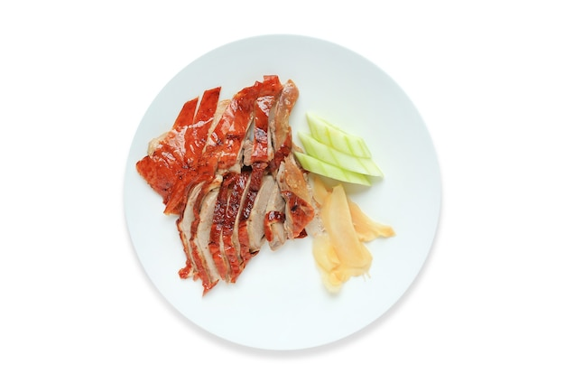 Pieczona kaczka chińskie jedzenie na talerzu ceramicznym koło samodzielnie na białym tle.