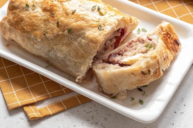 Pieczona kiełbasa wieprzowa z indyka z serem brie i sosem żurawinowym w cieście francuskim