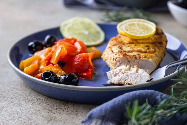 Pieczona lub grillowana pierś z kurczaka z pieczoną papryką, cytryną i oliwkami zdrowa żywność