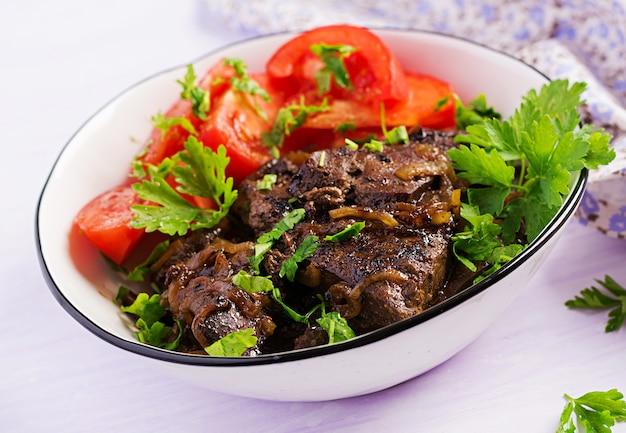 Pieczona lub grillowana wątróbka wołowa z sałatką z cebuli i pomidorów