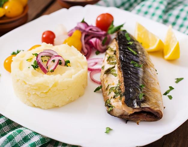 Pieczona makrela z ziołami i doprawiona puree ziemniaczanym i marynowanymi warzywami