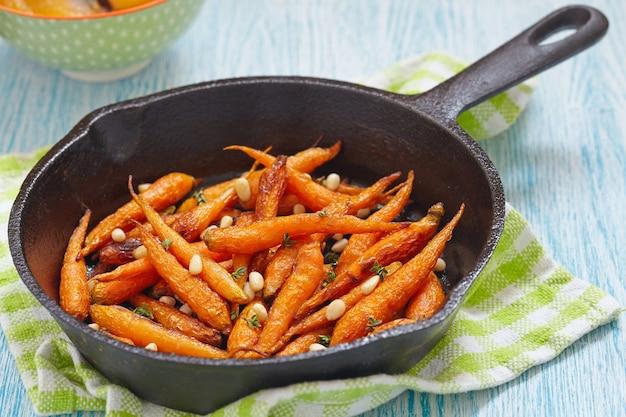 Pieczona marchewka z miodem i orzeszkami pinii