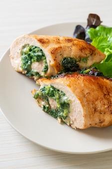 Pieczona pierś z kurczaka faszerowana serem i szpinakiem