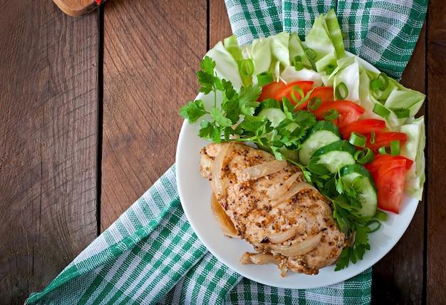 Pieczona pierś z kurczaka i świeże warzywa na talerzu