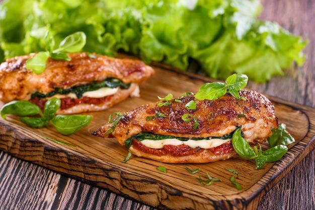 Pieczona pierś z kurczaka z mozzarellą, suszonymi pomidorami, szpinakiem