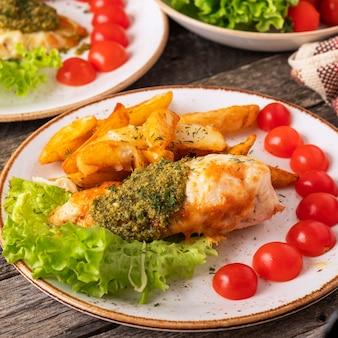 Pieczona pierś z kurczaka z sosem pesto i świeżymi pomidorkami koktajlowymi