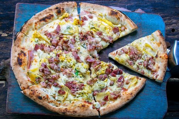 Pieczona pizza w piecu opalanym drewnem i boczkiem