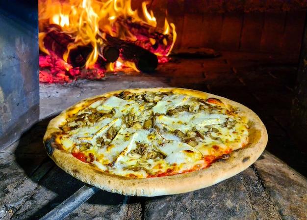 Pieczona pizza w piecu opalanym drewnem, ser brie