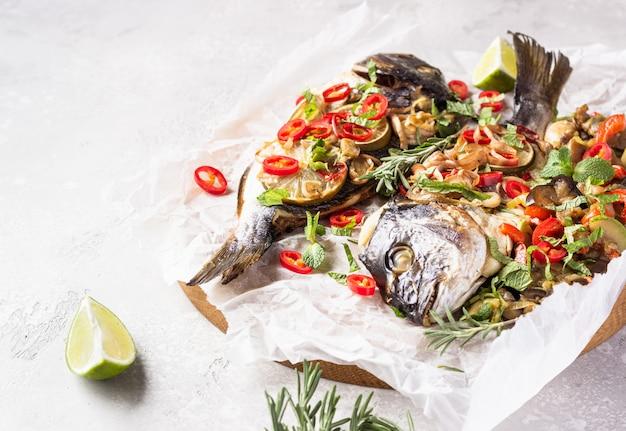 Pieczona ryba dorado z limonką, chłodno, zioła i warzywa