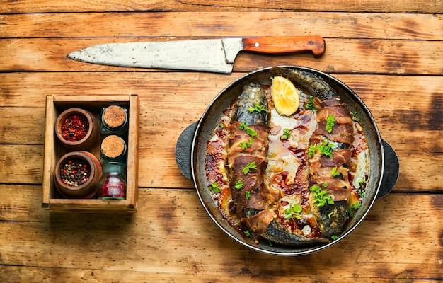 Pieczona ryba zawinięta w boczek, smażone pelengi