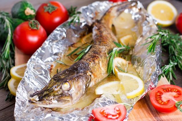 Pieczona ryba ze szczupakiem pieczonym w cytrynie i rozmarynie