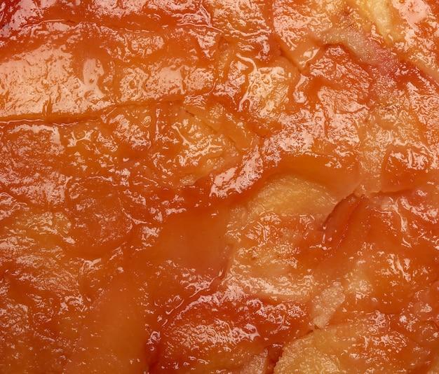 Pieczona tekstura ciasta z plasterkami pigwy