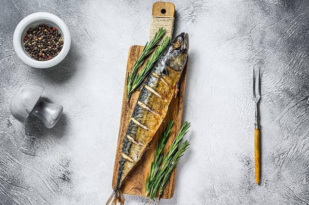 Pieczona w piecu cała makrela z ziołami