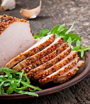 Pieczona wieprzowina ozdobiona liśćmi rukoli