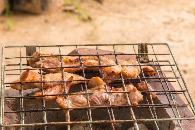 Pieczona wieprzowina z grilami na węgiel drzewny