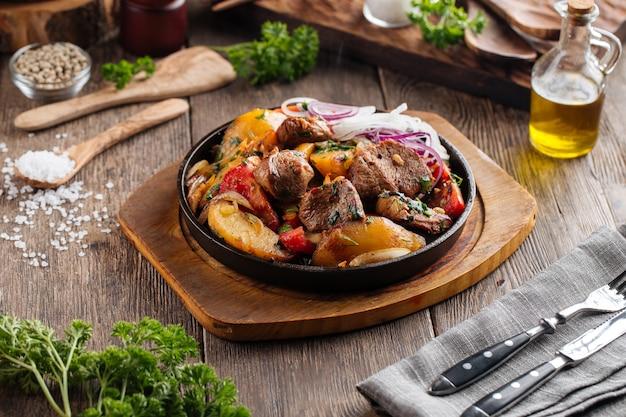 Pieczona wołowina z warzywami na żeliwnej patelni