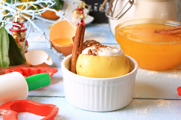 Pieczone białko z cynamonem jabłkowym z deserami cukierniczymi do pieczenia słodkiej śmietany