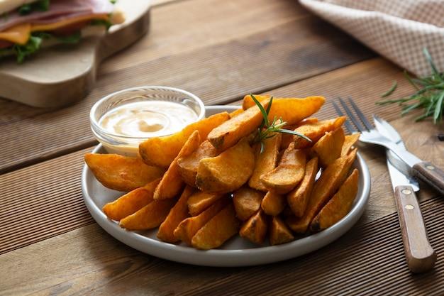 Pieczone chipsy ziemniaczane z sosem i ziołami.