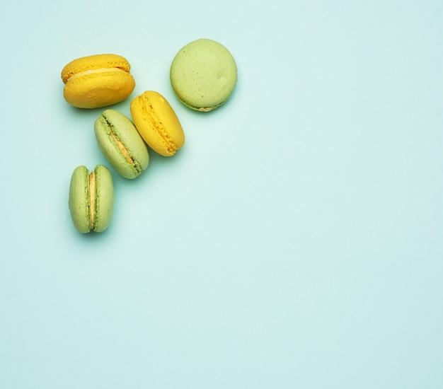 Pieczone ciasteczka macarons w kolorze żółtym i zielonym