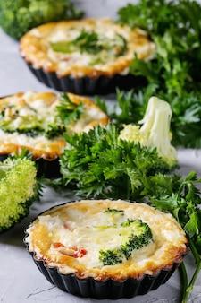 Pieczone ciasto quiche z zieleniną