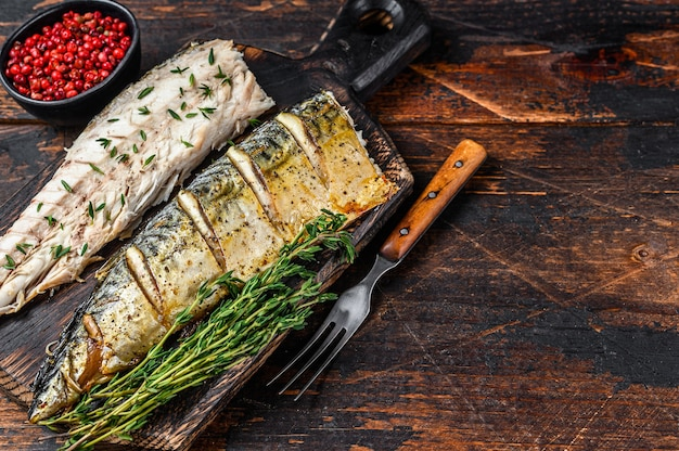 Pieczone filety z makreli na desce do krojenia