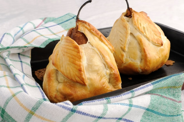 Pieczone gruszki faszerowane mieszanką orzechów i rodzynek w cieście