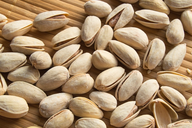 Pieczone i solone pistacje w skorupce na bambusowej serwetce