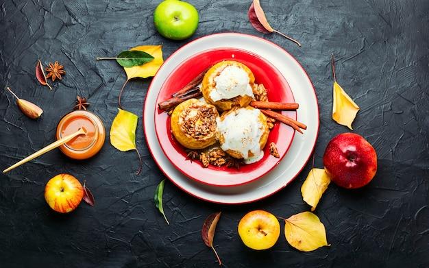 Pieczone jabłka faszerowane muesli i orzechami.pieczone jabłka z orzechami