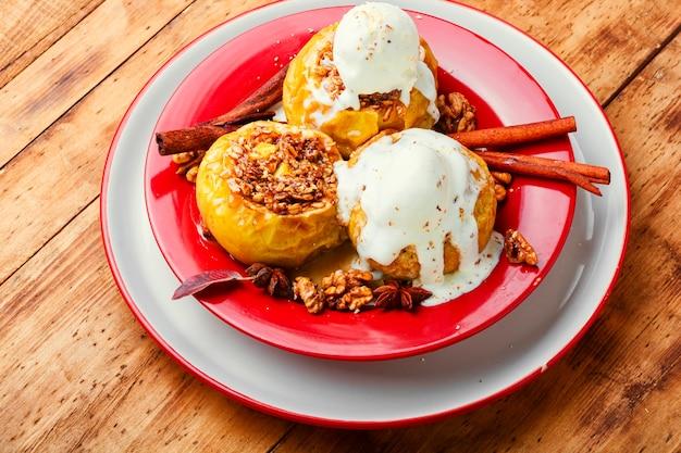 Pieczone jabłka faszerowane płatkami owsianymi i orzechami. pieczone jabłka na drewnianym stole