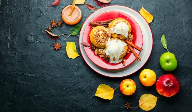 Pieczone jabłka faszerowane płatkami owsianymi i orzechami.skopiuj miejsce