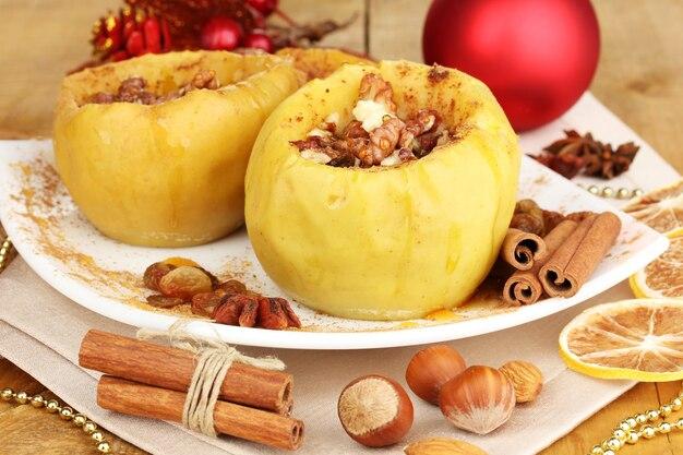 Pieczone jabłka na talerzu z bliska