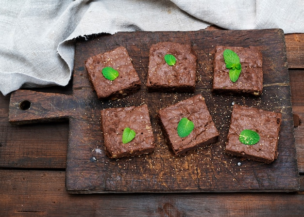 Pieczone kwadratowe kawałki ciasta brownie brownie