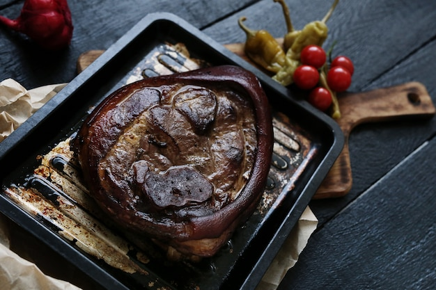 Pieczone mięso na czarnej powierzchni