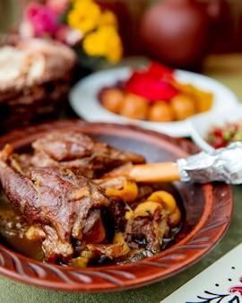 Pieczone mięso w garnku podawane z piklami