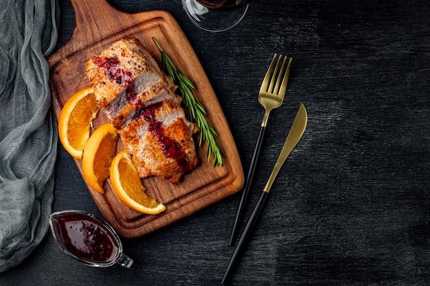 Pieczone mięso z sosem borówkowym na czarno, widok z góry