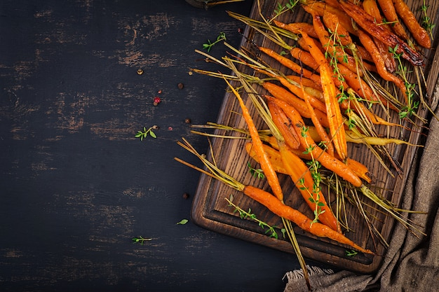 Pieczone organiczne marchewki z tymiankiem, miodem i cytryną