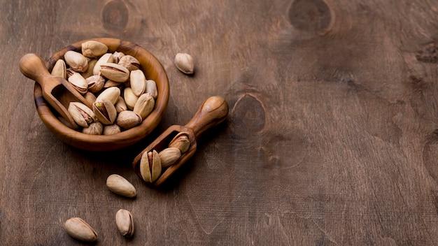 Pieczone orzechy pistacjowe na drewnianym stole