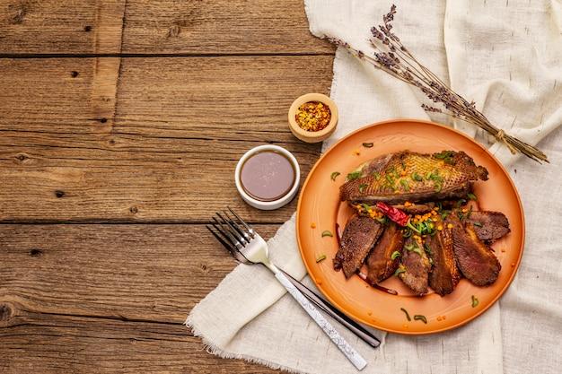 Pieczone piersi kaczki, przyprawy i sos demi-glace. tradycyjne francuskie jedzenie